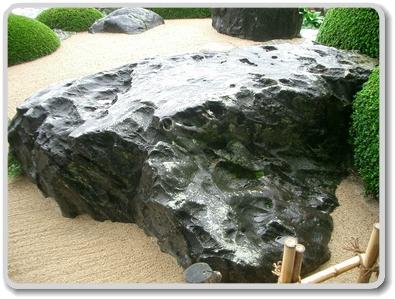 庭園にある佐治石
